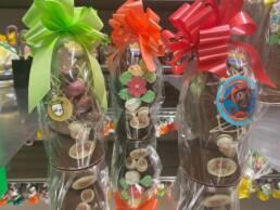 Uova cioccolato fondente e latte decorati con fiori, ovetti, disegni